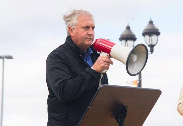 Le secrétaire parlementaire du ministre fédéral de l'Agriculture, Jean-Claude Poissant, a fait face à une centaine de producteurs laitiers en colère le 12 octobre. Crédit photo : Martin Ménard/TCN