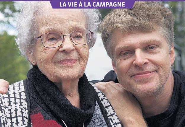 Réal Bossé revient visiter sa famille à Rivière-Bleue dès qu'il le peut. Il est ici accompagné de sa mère, Alice Pelletier-Bossé, 96 ans. Crédit photo : Gracieuseté de Réal Bossé