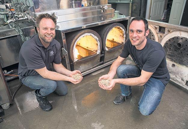 Les cousins Serge et François, qui ont opté pour la biomasse forestère, veulent mettre en place des incitatifs pour aider leurs fournisseurs à remplacer le mazout par les granules de bois pour chauffer leurs évaporateurs.