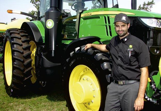 Sébastien Cloutier rappelle que l'utilisateur d'un tracteur en location obtient une garantie complète pendant toute la durée du contrat, sans compter la valeur résiduelle au terme de l'entente. Crédit photos : Bernard Gauthier