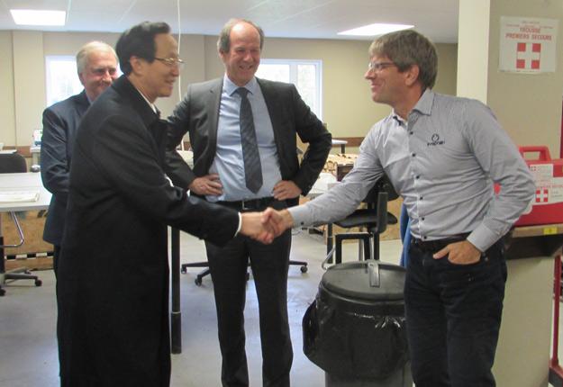 Le ministre chinois de l'Agriculture a rencontré le directeur du centre de recherche de Prograin, Éric Gagnon. Crédit photo : Gracieuseté de Prograin