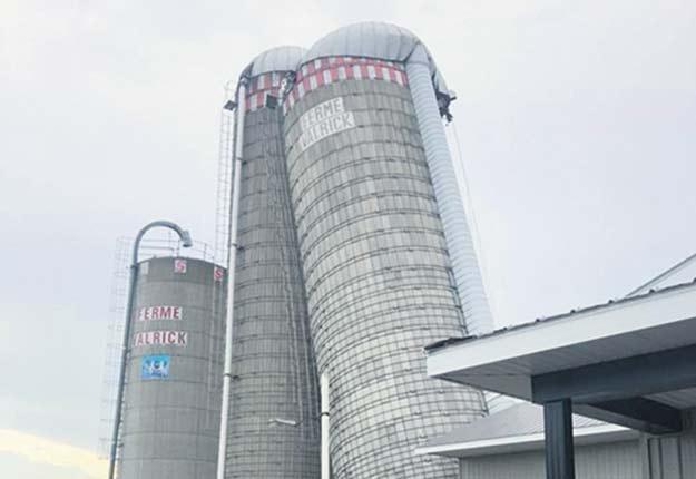 Les propriétaires de la Ferme Valrick ont eu une mauvaise surprise le 21septembre quand l'un de leurs silos s'est détaché du sol et risquait de s'effondrer à tout moment. Photos: Ferme Valrick