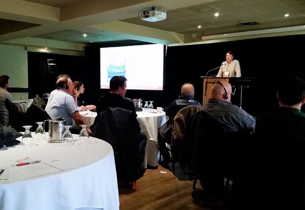Ferdie Nel, directeur national de Kemin Industries au Canada, a entamé la journée d'information par un mot de bienvenue et une présentation de l'histoire de l'entreprise. Crédit photo : Martin Primeau