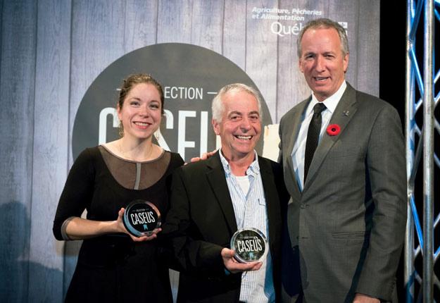 Les représentants des fromageries du Presbytère et Nouvelle France reçoivent leurs prix Caseus des mains du ministre de l'Agriculture (à droite). Crédit photo : caseus.ca