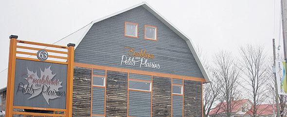 Marie-Eve Goyer et Frédéric Vincent songeaient à démolir la grange lorsqu'ils l'ont acquise  en 2011. Ils ont finalement rénové le bâtiment pour le mettre à leur image.