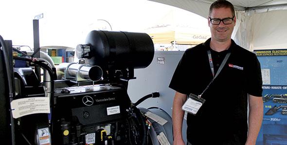 Jason Smith, de Wajax – Génératrice Drummond, devant une génératrice fixe équipée d'un moteur Mercedes.