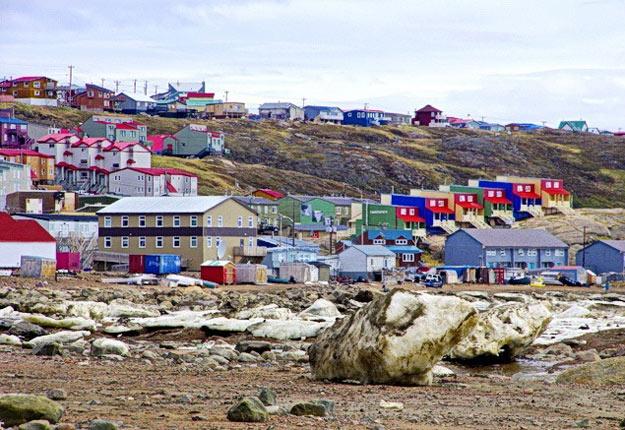 La ville d'Iqaluit, au Nunavut, n'est pas reconnue pour son agriculture florissante. L'envoi de légumes bio frais est très apprécié par une trentaine de personnes qui y travaillent. Crédit photo : hikebiketravel.com