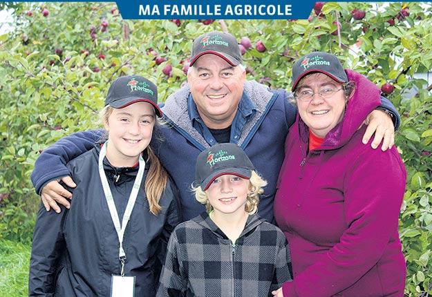 Éric Morin, Nathalie Lemieux et leurs deux enfants, Laurie et Jérémy, ont tous une passion pour le verger. Crédit photo : Frédéric Marcoux