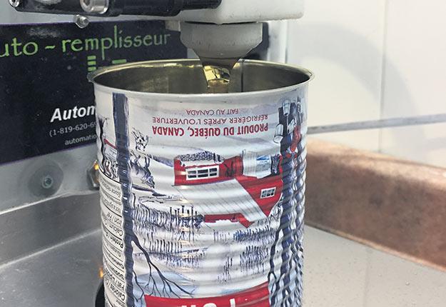 Les acériculteurs du Québec devront séparer le sirop conforme à la norme californienne sur le plomb de celui qui ne l'est pas. Ce dernier pourra cependant être vendu au Québec sans problème. Crédit photo : Martin Ménard/Archives TCN