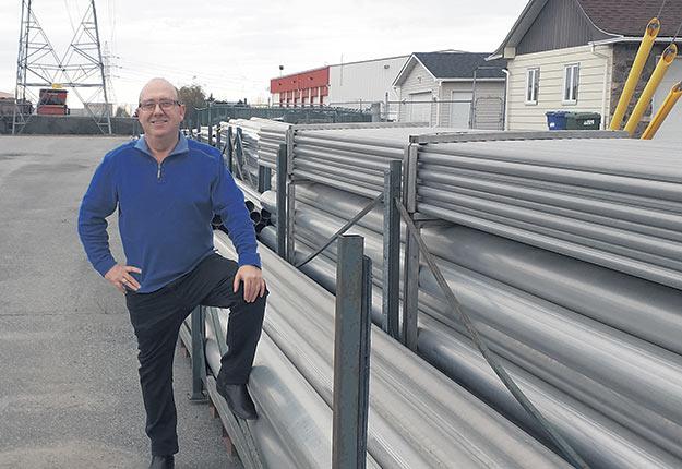 Richard Caron, de Récoltech Accessoires Maraîchers, constate que la hausse prochaine du coût de l'aluminium a créé un engouement pour les tuyaux d'irrigation cet automne. Crédit photo : Gracieuseté de Récoltech