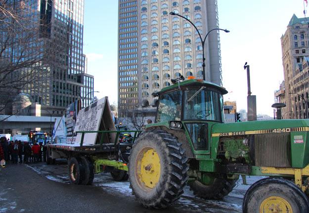 Des tracteurs ont fait la route de Longueuil au centre-ville de Montréal. Crédit photo : Julie Mercier/TCN