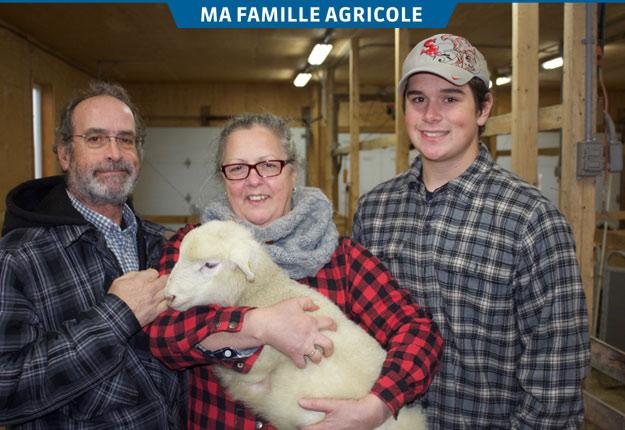 François Latulippe, Hélène Larouche et leur fils Jean-Martin éprouvent une passion particulière pour le secteur ovin.Crédit photo : Frédéric Marcoux