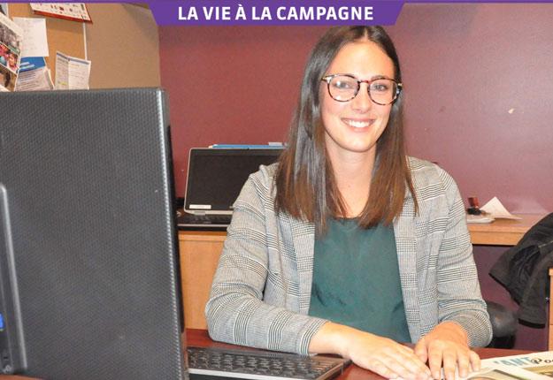 Carolanne D'Astous-Paquet apprivoise le métier de journaliste depuis le mois de septembre. Crédit photo : Dominique Fortier, L'Avant-Poste