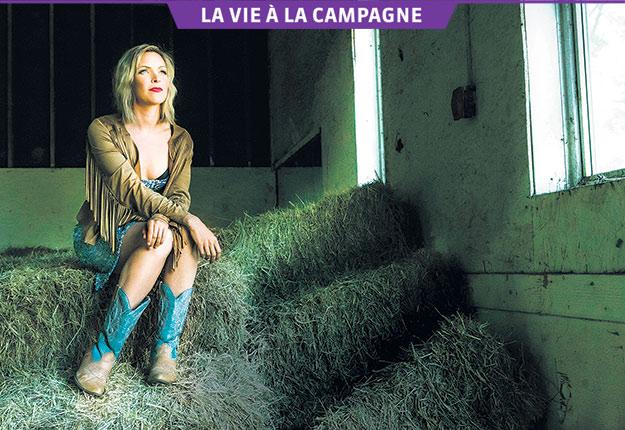 «Ma tournée Signé Plamondon m'a permis de réaliser à quel point c'est dans le country que je suis le mieux, dans mes bottes de cowboy, raconte Brigitte Boisjoli. C'est ça, mon essence!» Crédit photo : Photos : Gracieuseté de Brigitte Boisjoli