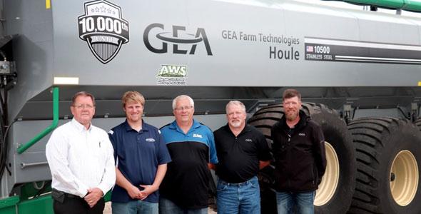 Le 10000e épandeur de fumier liquide de GEA – le modèle EL48 8800 d'une capacité de 8 800 gallons imp. (39 750 litres). De gauche à droite: Randy Gorter, chef des ventes, Gestion du fumier, Amérique du Nord, de GEA; Chris et Paul Winter, propriétaires de PK Winter Farms Inc.; Scott Shane, Spécialiste des ventes, Gestion du fumier, de GEA, et Jason Baumgarn, vendeur chez AWS. Crédit photo : GEA