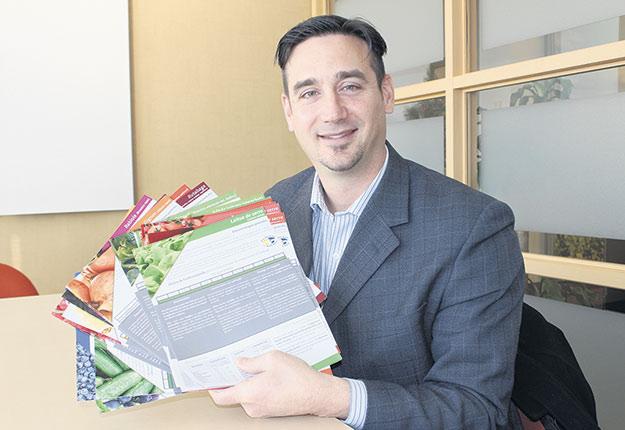 En plus de remettre des fiches techniques dans 225magasins, l'agroéconomiste Sébastien Brossard a analysé l'offre de fruits et légumes du Québec. Crédit photo : Ariane Desrochers/TCN
