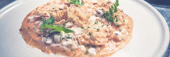 Carpaccio de saumon aux algues de la Gaspésie, sauce vierge aux cœurs de quenouilles, émulsion de céleri à la racine sauvage et croustilles de céleri-rave. Crédit photo : Chez Boulay – Bistro boréal
