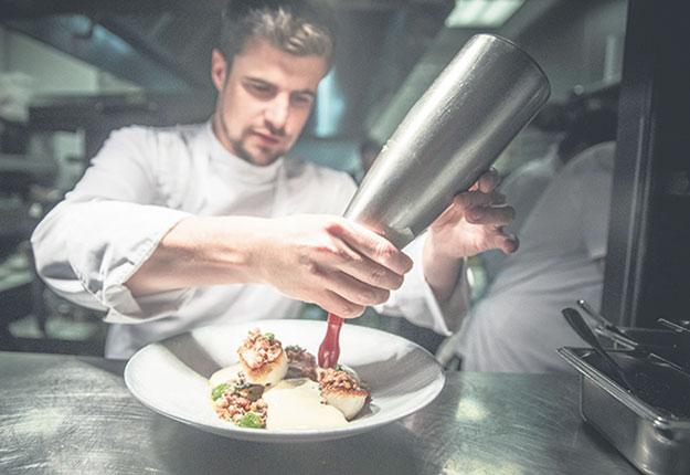 Le chef propriétaire du restaurant Chez Boulay – Bistro boréal est un passionné du terroir. Crédit photo : Chez Boulay – Bistro boréal