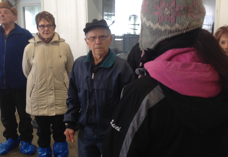 À l'âge de 92 ans, l'ancien producteur laitier Conrad Gélinas a réalisé un rêve d'aîné en visitant une ferme robotisée de Saint-Eugène-de-Guigues. Photo : Gracieuseté de Rêve d'aînés