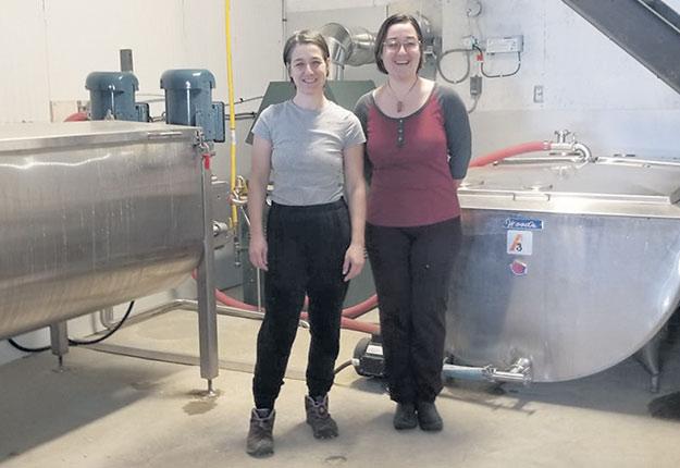 Sherley et Myriam Boudreault posent devant leur nouvel incubateur qui permettra de doubler leur production de pleurotes. Crédit photo : Gracieuseté de Champignons du Fjord