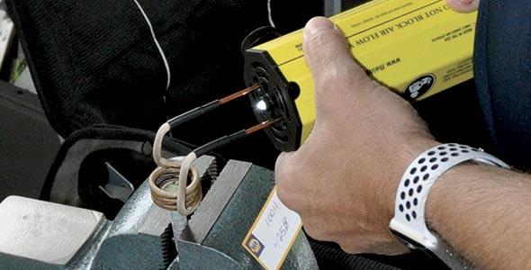 «Cet appareil électrique à induction thermique permet de décoincer un écrou, sans gaz ni flamme», explique Martin Thibault, de Pièces d'auto Acton Roxton.