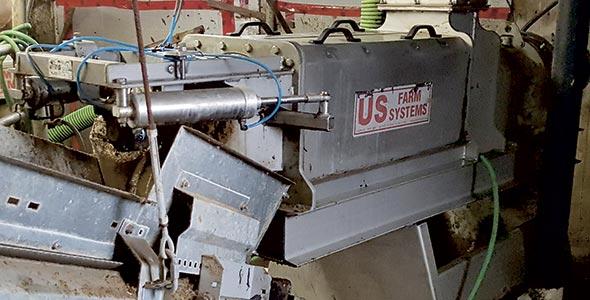 Le processus de recyclage  se déroule en six étapes.  Le fumier (excréments, urine, litière souillée et eau de lavage) est d'abord collecté dans une préfosse. Une pompe agitatrice brasse ensuite les «ingrédients» dans le but d'homogénéiser le mélange. Par la suite, l'effluent passe à travers un séparateur mécanique et la portion liquide retourne dans la préfosse. En moins de 24heures, on obtient de la litière fraîche prête à entreposer ou à épandre dans l'aire d'habitation.