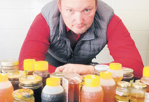 Stéphane Bayen et ses collègues ont recherché la présence de résidus de pesticides et d'antibiotiques dans plusieurs échantillons de miel vendus sur le marché québécois. Crédit photo : Gracieuseté de Stéphane Bayen