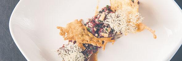 Tartare de cerf rouge de Saint-Étienne avec duxelles de champignons, sauce Damn, émulsion de cerf aux épices d'ici et parmesan Saint-Laurent. Crédit photo : restaurant La Cuisine