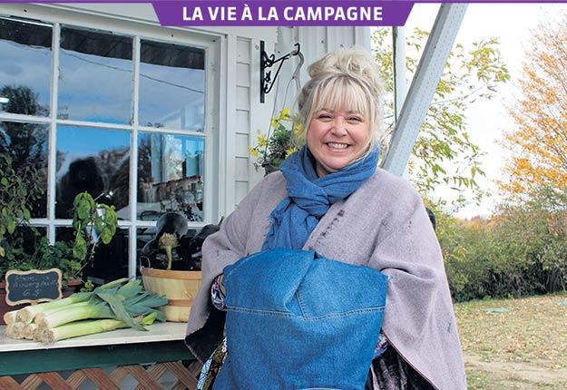 La comédienne Sonia Vachon se définit comme une « fille de campagne ». Il n'est donc pas étonnant qu'elle soit aussi enchantée de participer au tournage de la nouvelle série rurale 5e Rang. Crédit photo : Ariane Desrochers/TCN