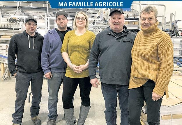 Jean-Luc Baril et Nicole Maheux, à droite, devant trois de leurs quatre nouveaux actionnaires: Jacques, Michael et Fanny. Crédit photos : Émélie Rivard-Boudreau