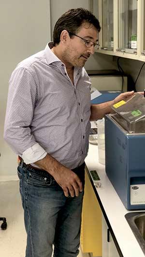 Christian Messier, dans son  laboratoire en Outaouais.