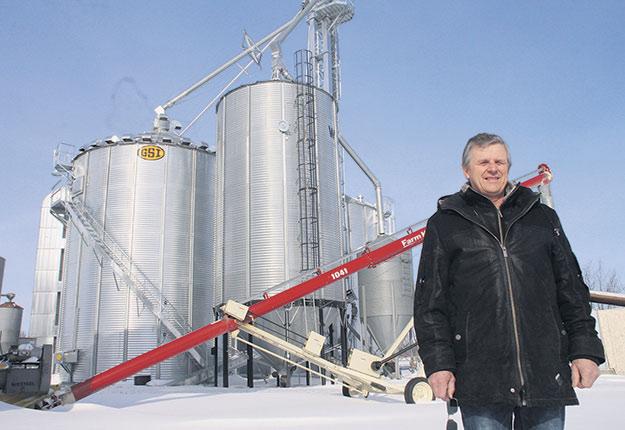 Denis Leduc, producteur de grains de Saint-Étienne-de-Beauharnois, gère la commercialisation de ses grains en suivant les cours de la bourse de Chicago depuis plus de 20 ans. Crédit photo : Martin Primeau/TCN