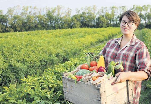 Kahshennoktha Deer, étudiante au Campus Macdonald et employée du centre horticole. Crédit photo : Florence Pelletier-Solasse