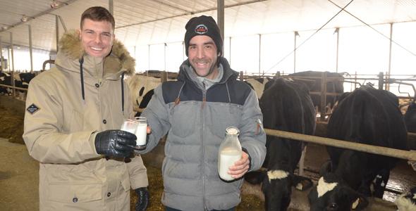 La Ferme Y. Lampron vendra du lait biologique embouteillé par l'entremise d'une plateforme en ligne et de machines distributrices. Sur la photo : Guillaume Béland et Alexandre Lampron. Crédit photo : Gracieuseté d'Alexandre Lampron