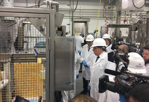Le premier ministre François Legault a visité l'usine d'Agropur de Beauceville le 8 février. Crédit photo : Agropur Coop