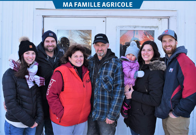 La famille Scott est établie à Saint-Paul-d'Abbotsford depuis le milieu du 19e siècle. Sur la photo : Sabrina, Kevin, Céline, Marcelin, Amélie et sa petite Heidy, et Jonathan. C'est ce dernier qui reprendra la ferme laitière. Crédit photos : David Riendeau