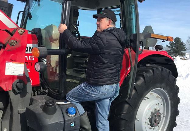 Martin Caron est tombé cet hiver en descendant de son tracteur. Photo : Gracieuseté Martin Caron