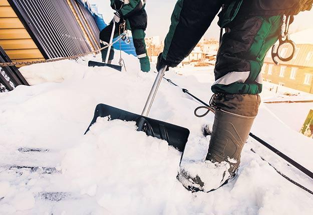 La Société d'habitation du Québec recommande fortement d'avoir recours aux services de professionnels qui disposent de l'équipement et de l'expérience nécessaires pour déneiger les toitures. Crédit photo : Shutterstock