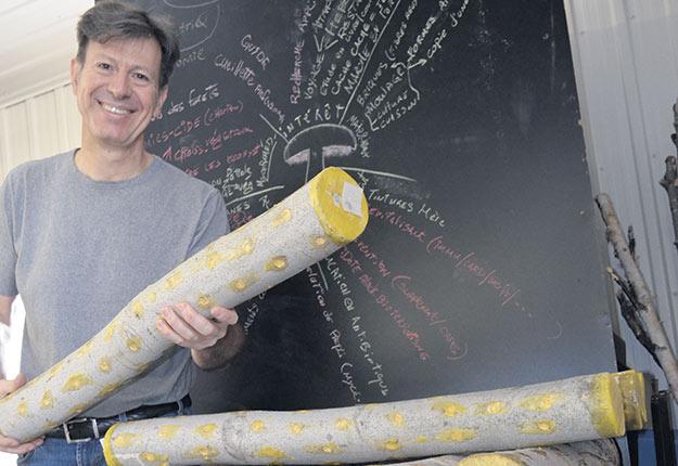 Le propriétaire forestier Stéphane Lamanna a poursuivi pendant l'hiver l'inoculation des billes de bois avec du mycélium. Crédit photo : Pierre Saint-Yves