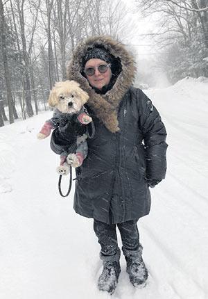 Le chien de Francine Ruel se nomme Lola. C'est grâce à lui que l'auteure ose mettre le nez dehors l'hiver. Crédit photo : Gracieuseté de Francine Ruel