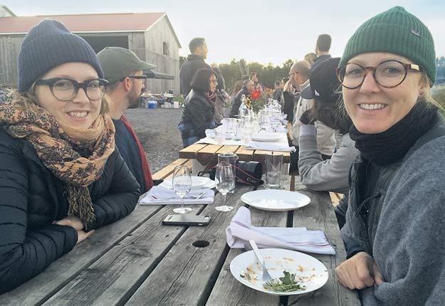 Virginie et Marie-Pier Gosselin ont rédigé le livre de recettes Au gré des champs afin de rendre hommage au travail de leurs parents. Crédit photo : Geneviève Quessy