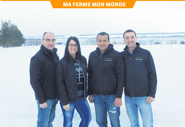 Guy Pouliot, Christiane Gagné, Felipe Oporto Peña et Daniel Pouliot, de la Ferme Onésime Pouliot inc. Crédit photo : Gracieuseté de la Ferme Onésime Pouliot inc.