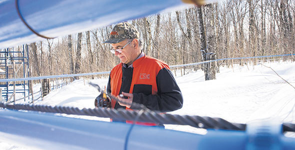 Pierre Richard se dit particulièrement fier de travailler dans une érablière n'utilisant plus de mazout pour bouillir l'eau d'érable. Crédit photo : Martin Ménard / TCN