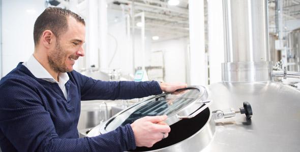 Après avoir brassé de grosses affaires dans le milieu immobilier, Jonathan Robin a changé de carrière pour brasser de la bière. « L'agroalimentaire m'attire; je crée quelque chose qui n'existait pas. » Crédit photo : Martin Ménard/TCN