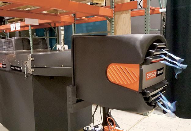 Le système permet d'évacuer les contaminants (vapeur d'eau, monoxyde de carbone, odeurs, duvet, ammoniac, gaz toxiques, poussières, etc.) et de les remplacer par de l'air neuf. Pour maintenir la qualité de l'air et une température équilibrée dans les poulaillers et autres bâtiments d'élevage, une ventilation adéquate est essentielle.