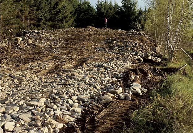 Les roches retirées des champs peuvent servir à une foule d'usages, telle la consolidation d'une berge ou d'un talus par enrochement. Crédit photo : Archives/TCN