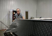 Jean-Marc Rochefort devant l'un de ses capteurs de chaleur innovateurs servant à chauffer les liquides. Photos: Hubert Brochard