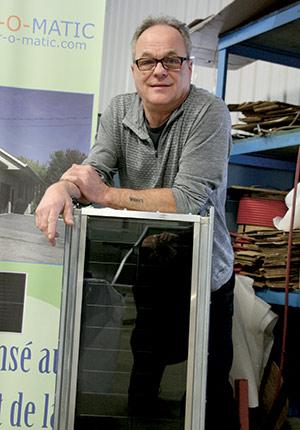 Jean-Marc Rochefort avec un exemplaire (en petit format) d'un capteur solaire servant à chauffer l'air.