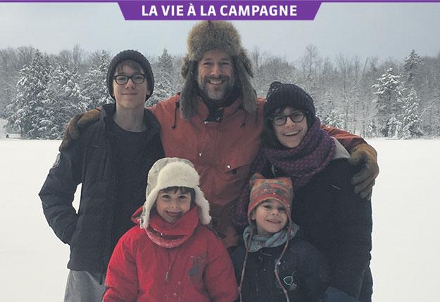 La tribu Coallier: Louis, Marc-André et Alice (à l'arrière), Émile et Étienne (à l'avant). Crédit photo : Gracieuseté de Marc-André Coallier