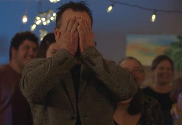 Ça, c'est la réaction de Christian quand les filles ont évoqué la couleur de ses bobettes devant famille et amis, à l'occasion de son anniversaire.
